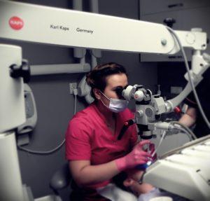 Leczenie kanałowe zęba pod mikroskopem